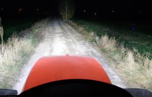 """Ciągnik ma bardzo dobre oświetlenie robocze. Jest tak jasno, że można czytać """"Farmera"""", ale brakuje świateł oświetlających również boki"""