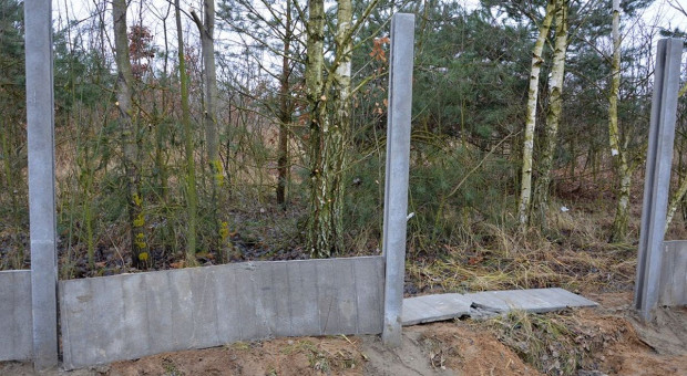 Nastoletni wandale zniszczyli betonowy płot