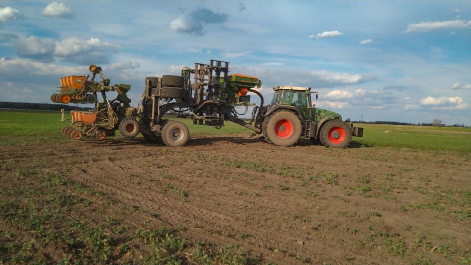 Obecnie rolnik pracuje już czwartą wersją agregatu. Jego maszyna ma budowę modułową i może wysiewać dwa rodzaje nawozów jednocześnie. Minimalny rozstaw sekcji uprawowych wynosi 30 cm
