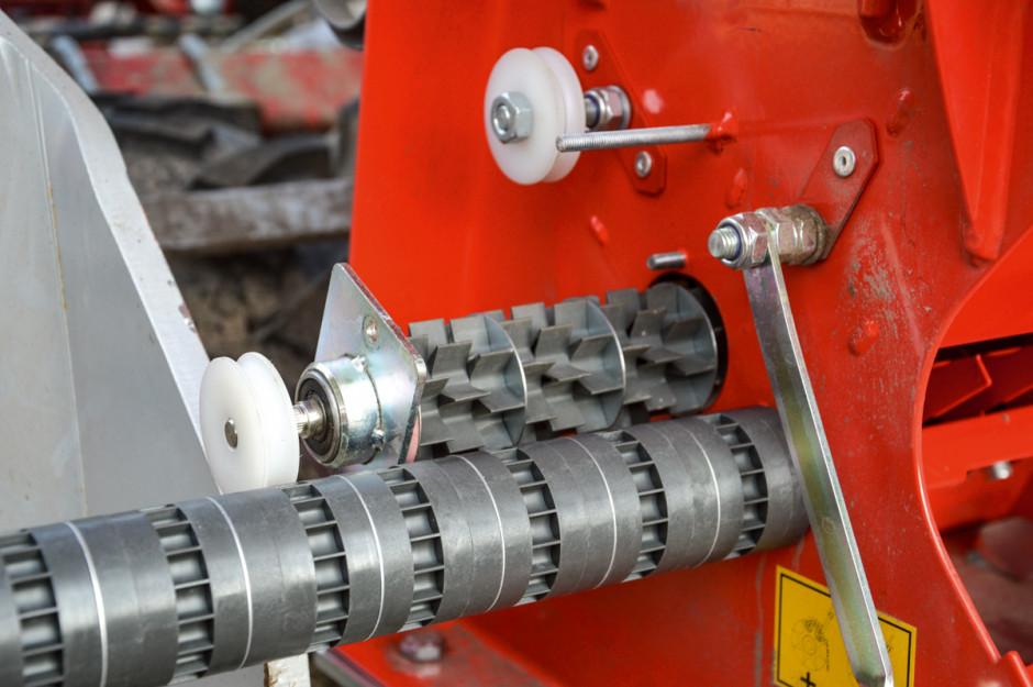 W standardowym wyposażeniu siewnika znajdują się dwa wałki wysiewające, w opcji dostępnych jest kilka kolejnych rodzajów, w tym takie, którymi można wysiewać np. mak lub fasolę