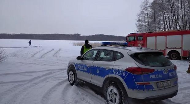 Chłopcy weszli na zamarzniętą rzekę, pod jednym załamał się lód