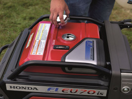 """Agreagat Honda EU70i S to jeden z najbardziej nowoczesnych agregatów prądotwórczych Honda i jako jedyny na świecie agregat o mocy do 10 kW posiada elektroniczny wtrysk paliwa, który udoskonala jakość działania zespołu """"silnik-prądnica"""", zapewnia oszczędne zużycie paliwa oraz niski poziom emisji spali, Fot. Honda"""