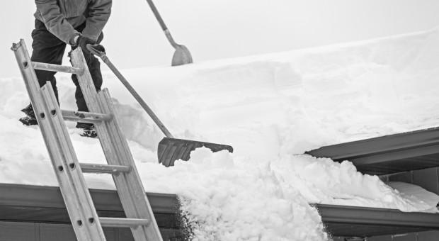 Dlaczego trzeba regularnie usuwać zalegający śnieg z dachu?