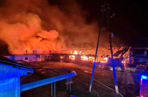 W ogniu stanął jeden z budynków inwentarskich na fermie drobiu, Foto: PSP Nysa