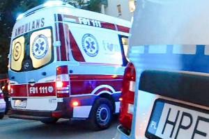 Kobieta ratowała psa, policjanci i strażacy ratowali oboje