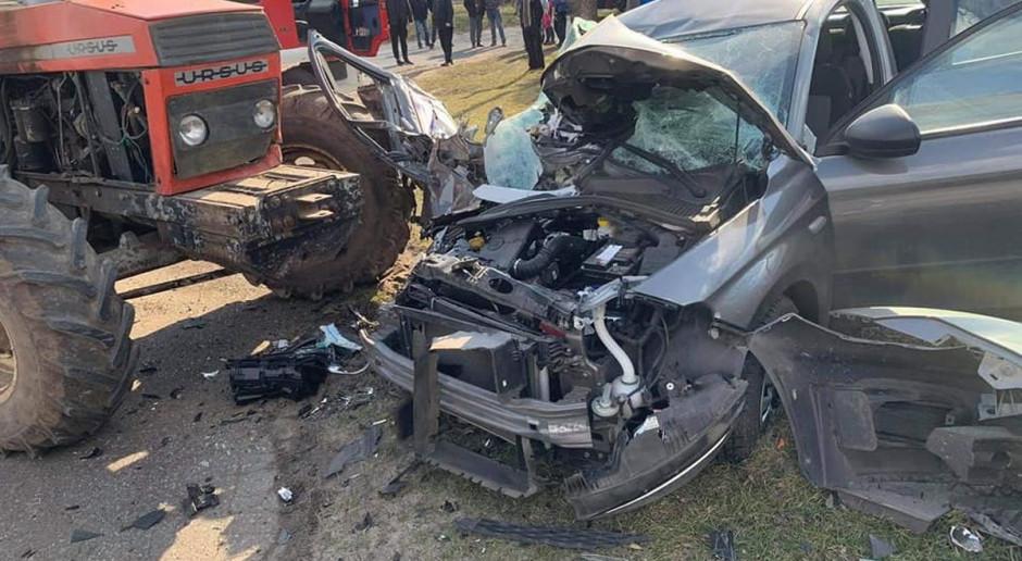 Czworo rannych po zderzeniu auta z traktorem