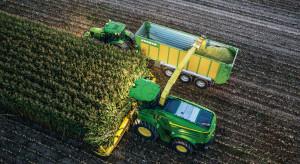 John Deere: pełna synchronizacja ciągników i sieczkarni polowych