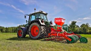Grass 300S to krajowa propozycja siewnika do podsiewu traw. Producentem agregatu jest firma Agro-Masz