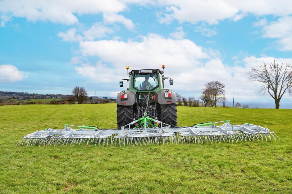 Dużą ofertą wgrupie spulchniaczy do łąk dysponuje firma Joskin. Jedną zpropozycji są narzędzia Scariflex R6S6 dostępne wwersjach oszerokości 4,8-9,6 m