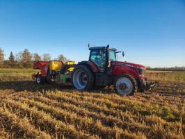 """Gospodarstwo Brzozowskiego.  Formowanie redlin, sadzenie oraz ostateczne formowanie są wykonywane w jednym przejeździe. Jak podkreśla rolnik, gleba na redlinach nie może być """"zamazana"""", gdyż źle to wpływa na stosunki powietrzno-wodne w samej redlinie"""