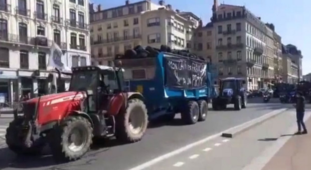 Francja: rolnicy blokują drogi