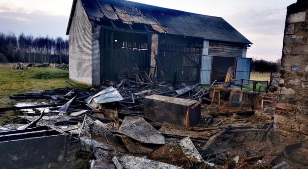 Ogień szalał w gospodarstwie, rolnik zemdlał widząc straty