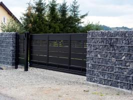 Właściciele tej posesji do wykonania ogrodzenia zdecydowali się na zastosowanie kamienia nero ebano, który sprowadzono z Włoch. Foto. Plast-Met Systemy Ogrodzeniowe, Inbud