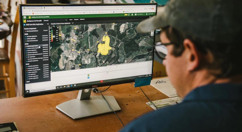 Wykorzystując Operations Center, Daniel Sous może bezprzewodowo przekazywać konfigurację maszyny lub dane dotyczące zastosowania zmiennej dawki. Wystarczy wybrać obszar w panelu, a maszyna automatycznie wyreguluje dawki w zależności od lokalizacji, fot. mat. prasowy