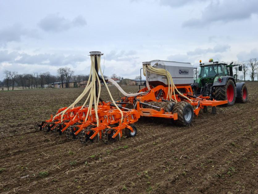 Agregat pozwala przeprowadzić uprawę, siew i nawożenie w jednym przejeździe. fot. NoTiller.
