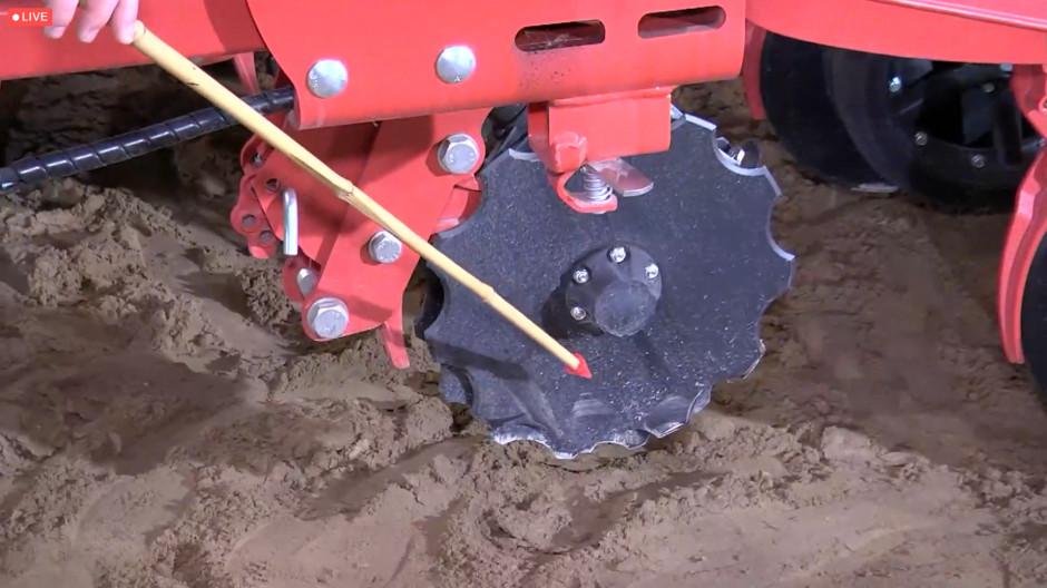 Redlica karbowana pozwala lepiej naciąć glebę i głębiej wprowadzić nawóz