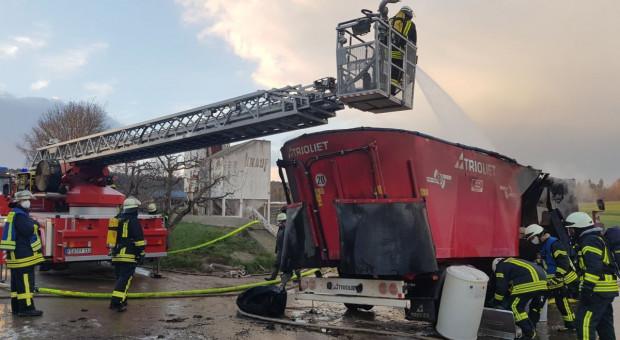 Płonęła hala z maszynami i paszą, zniszczona instalacja fotowoltaiczna