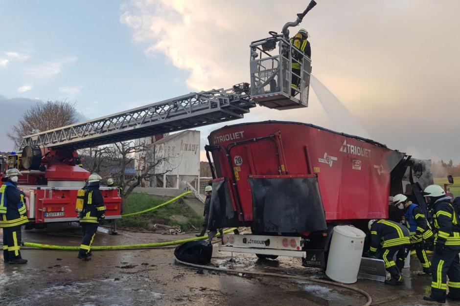 W pożarze spłonął m.in. wóz paszowy, Foto: Ochotnicza Straż Pożarna Dombuehl/Facebook
