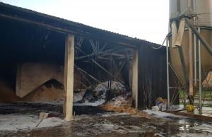 Rolnik stracił w pożarze również zapasy paszy, a budynek wymaga poważnego remontu, Foto: Ochotnicza Straż Pożarna Dombuehl/Facebook