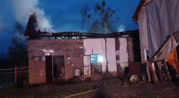 Spłonęła stodoła z ciągnikiem i maszynami