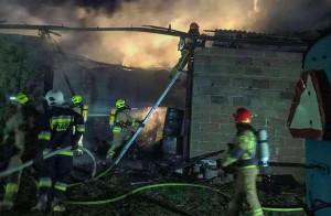 Drewniany dach oraz zawartość stodoły spłonęły doszczętnie, fot. OSP Jedlnia Letnisko