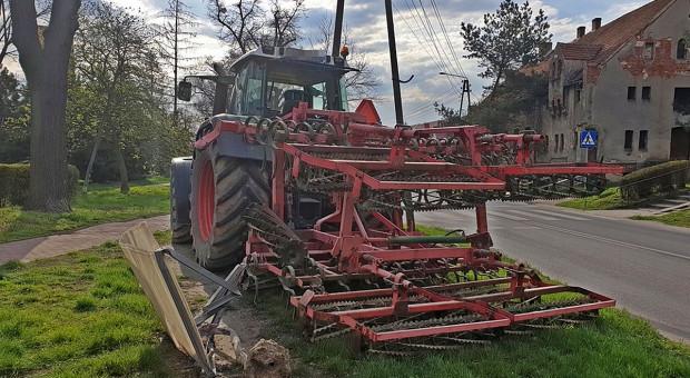 Awaria maszyny rolniczej przyczyną drogowej kolizji