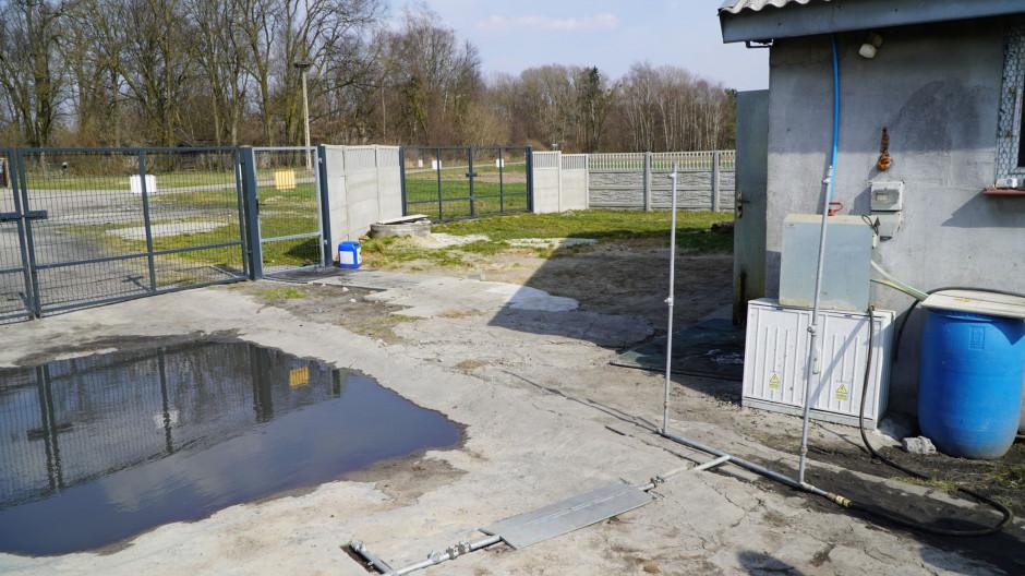 Obiekt został wyposażony w niecki dezynfekcyjne do odkażania kół pojazdów wjeżdżających na teren fermy. We wjazdach zamontowano także bramki bioasekuracyjne służące do odkażania środków transportu. fot. materiały prasowe