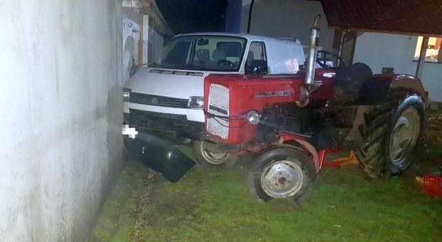 Traktorzysta staranował płot i uderzył w samochód