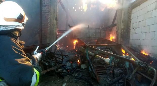 Spłonęła stodoła z autami i sprzętem rolniczym
