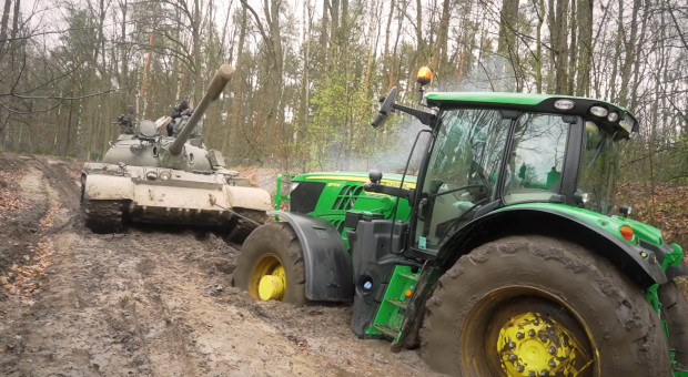 Czołg wyciąga z błota zakopany ciągnik!