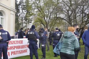 Podczas protestu pojawili się funkcjonariusze policji. Każdy z protestujący rolnik otrzymał mandat za wzięcie udziału w nielegalnym zgromaedzeniu. Foto. RZ