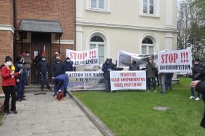 Rolnicy protestowali pod siedzibą RDOŚ-u. Chcą tylko zniesienia zakazu czyszczenia rowów melioracyjnych na terenach Natura 2000 Bagno Wizna. Foto. RZ