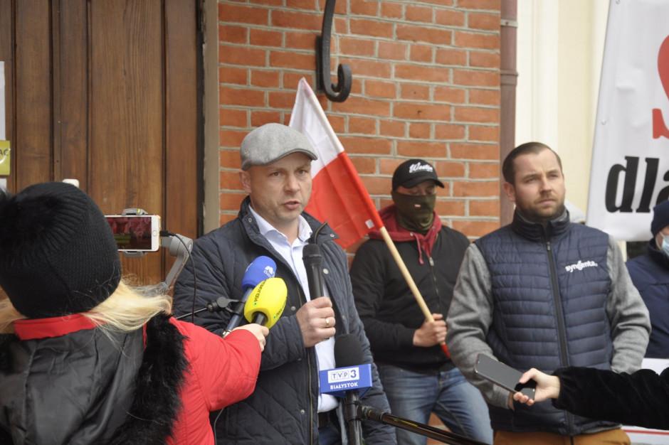 Od lewej Wojciech Łuba z Podlaskiej Izby Rolniczej w Zambrowie, oraz Tomek Gołaszewski, rolnik i doradca Podlaskiej Izby Rolniczej, przedstawili postulaty protestujących rolników. Foto. RZ
