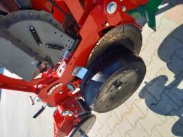 Za wysiew nasion odpowiada redlica dwutalerzowa wyposażona w koła dogniatające z regulowanym dociskiem Fot.BW