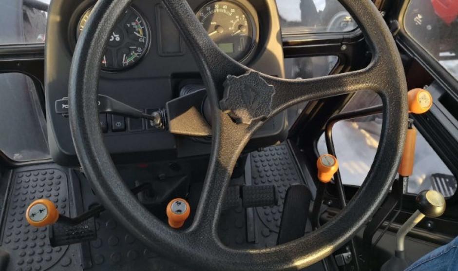 Funkcje pomarańczowych dźwigni (od lewej): rewers, reduktor, zakres, biegi. fot. MTZ Belarus