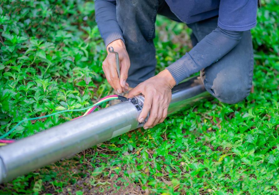Intensywna praca, szczególnie wsezonie letnim, może doprowadzić do awarii pompy. Wtym czasie rolnik nie może pozwolić sobie na przestoje np. wnawadnianiu upraw, dlatego warto postawić na lepszej jakości urządzenia. Foto. Shutterstock