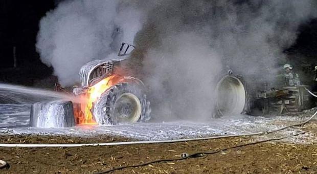 Ciągnik spłonął na polu