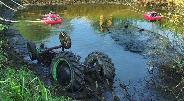 Traktor wpadł do stawu, rolnik utonął