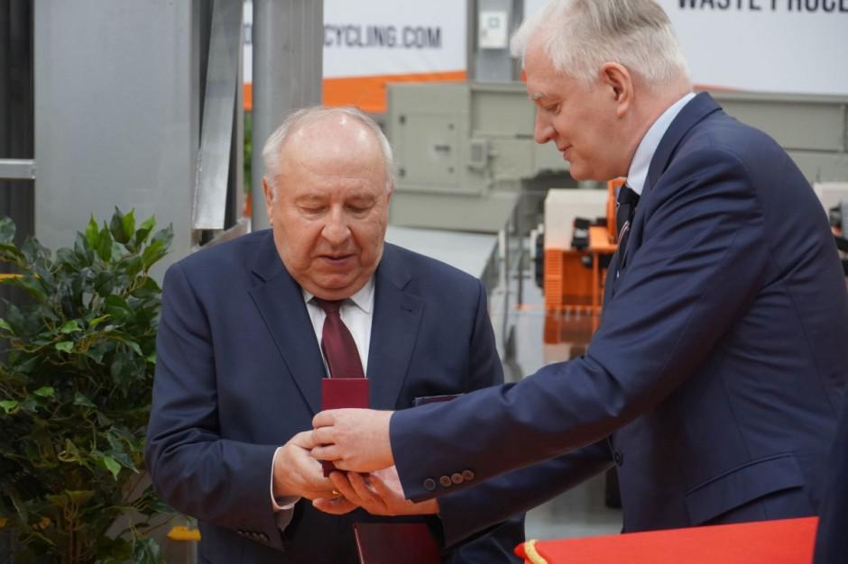 Z rąk Jarosława Gowina, prezes Sergiusz Martyniuk otrzymał odznakę honorową za zasługi dla rozwoju gospodarki Rzeczpospolitej Polskiej, fot.kh