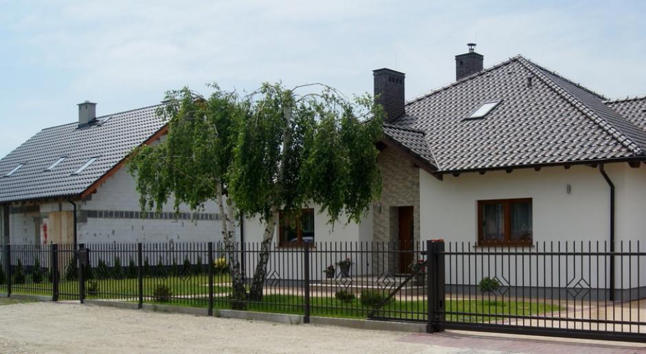 Jak wykonać ogrodzenie działki ściśle sąsiadującej z inną posesją?