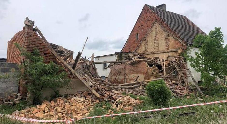 Nastolatek pod gruzami zawalonej stodoły