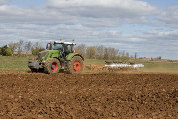 10-skibowy pług Kverneland RW co roku zaoruje ok. 1000 ha ciężkiej ziemi na gruncie wapienia fot. mat. prasowe