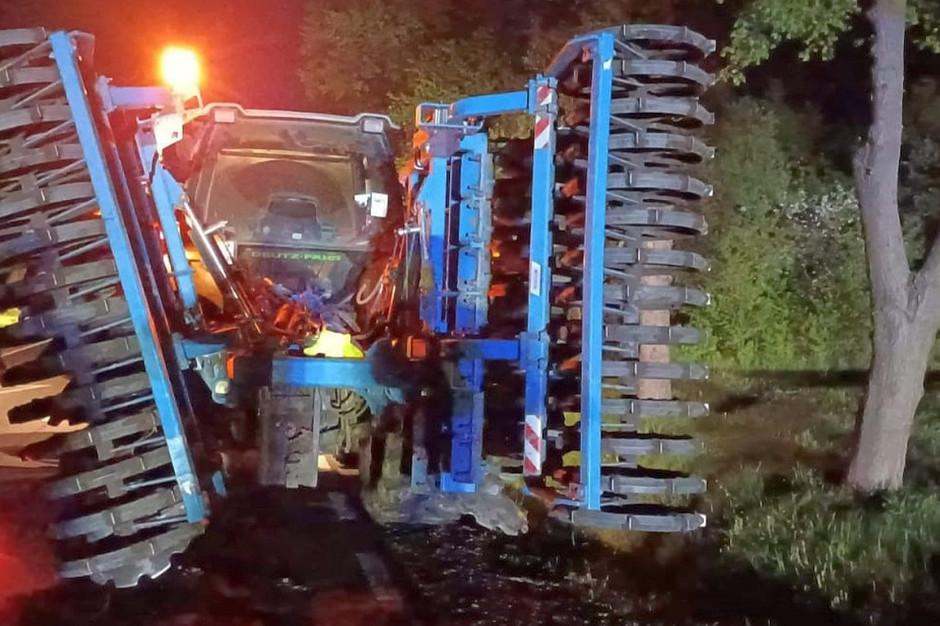 Samochód najechał na bronę talerzową zaczepiona do ciągnika, Foto: KP PSP Ciechanów