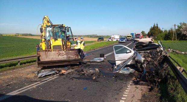 Zderzenie auta z ładowarką, zginął kierowca samochodu
