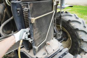 Czyste filtry kabinowe to podstawa. Ten zpewnością nie był czyszczony przez długi okres inależy go bezwzględnie wymienić. Ważne jest też regularne czyszczenie chłodnicy klimatyzacji