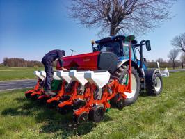 Siewnik punktowy Falcon dostępny jest w wersjach pozwalających na siew 4-8 rzędów kukurydzy lub innych roślin