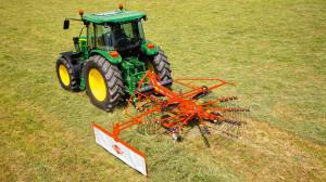 Zgrabiarki Kuhn GA 300 to propozycja dla małych gospodarstw. Maszyny są wyposażone w 9- lub 10-ramienną karuzelę