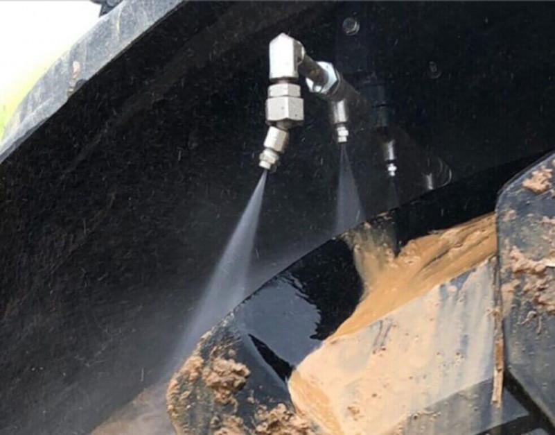 Dysze spłukujące można umieścić pod błotnikami ciągnika .... Zdjęcie: Hydrokit