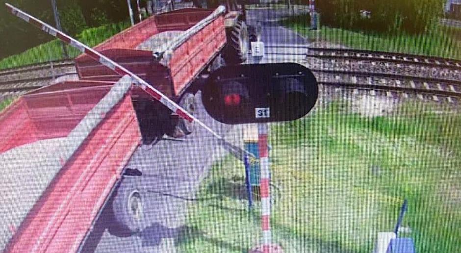Traktorzysta połamał zapory na przejeździe