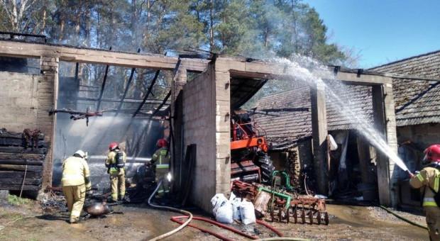 Pożar w gospodarstwie - paliły się budynki i maszyny